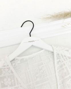 Percha Personalizada Blanca con Nombre Grabado