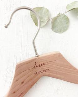Percha Personalizada Cedro con Nombre y Fecha Grabado