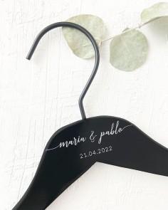 percha negra nombres fecha boda