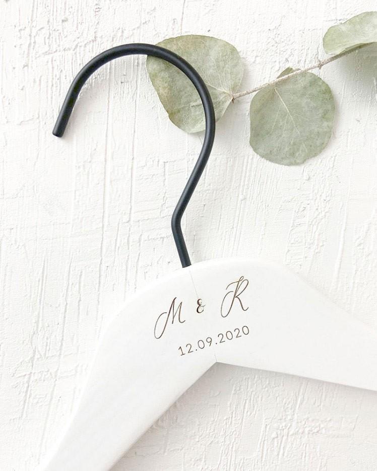 Percha Personalizada Blanca con Iniciales y Fecha Grabado